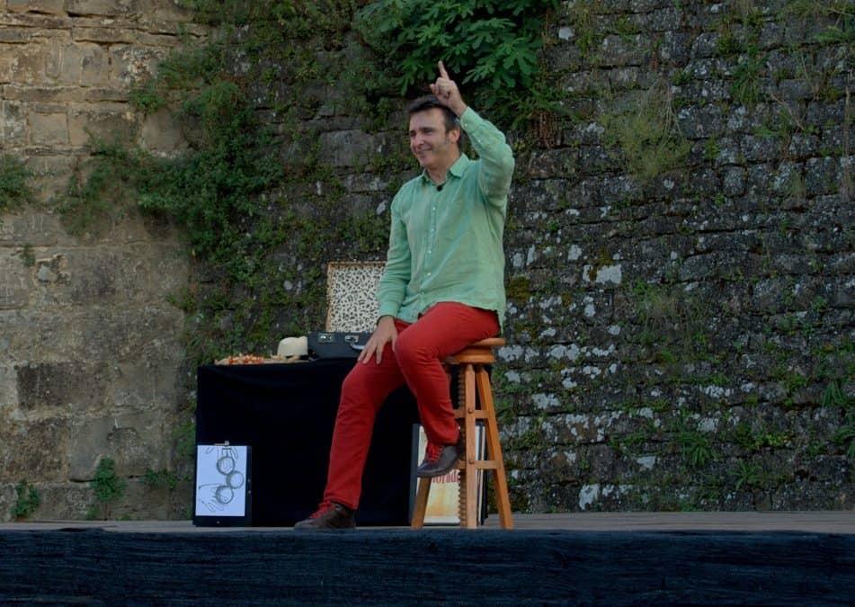 """Los """"Cuentos colorados"""" de la compañía aragonesa PAI encandilaron al público infantil del Festival Castillo de Aínsa"""